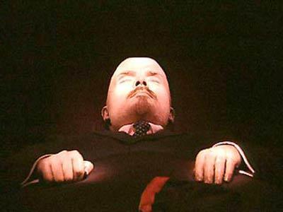 防腐処理されたレーニンの遺体と、その遺体のメンテナンスの様子 - GIGAZINE