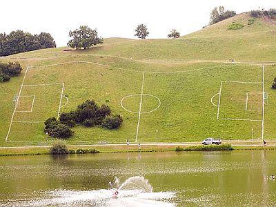 上記写真は見たまんま、サッカーできないサッカー場の写真です。いや、正確... サッカーできないサ