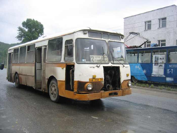ボロボロになった古い通勤バスを...