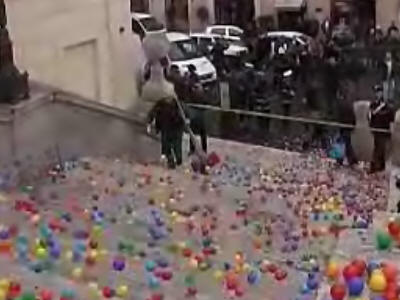 50万個のボールをスペイン広場にばらまいた男が逮捕 - GIGAZINE