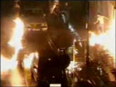 ナイトクラブの建物に火を付けようとした放火犯が間違って自分に火を付ける... 放火犯がミスって自