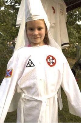 白人のみが神に選ばれた人種と主張する団体、クー・クラックス・クラン(KKK)のメンバーのおばあちゃんによるフードやローブなどの衣装制作風景です。