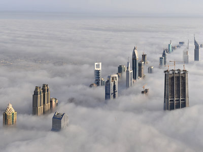 上記の写真はドバイで建設中の世界で一番高いビル「ブルジュ・ドバイ」から見た、霧の海に沈んだドバイの写真。その世界一の高さを誇る超高層ビルがもうじき完成するそう