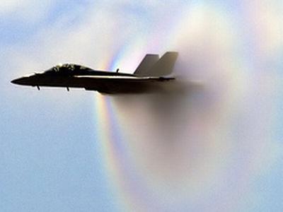 音速で飛行する機体が虹を発生させる瞬間の写真 - GIGAZINE