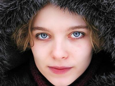 女性は秋から冬にかけてより魅力的に見えるという研究結果が発表される ...