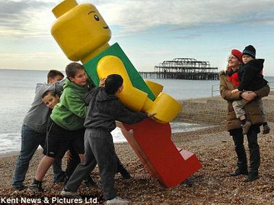 巨大なレゴ製の男性人形、今度はイギリスの海岸に流れ着く - GIGAZINE