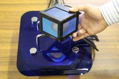360度どこからでも立体映像を見ることができるキューブ型3Dディスプレイ「gCubik」