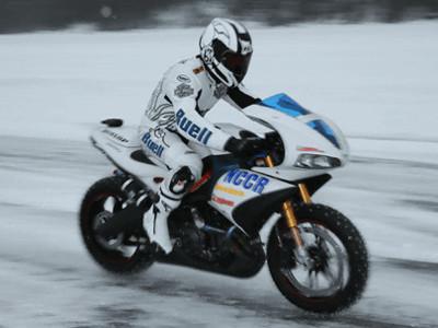 氷上世界最速の時速238kmで爆走するスペシャルチューンドバイク buell
