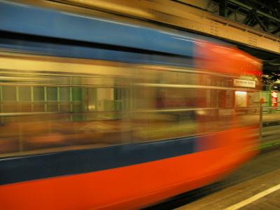 電車が通過するまで線路の上で爆睡し続けた少年 - GIGAZINE