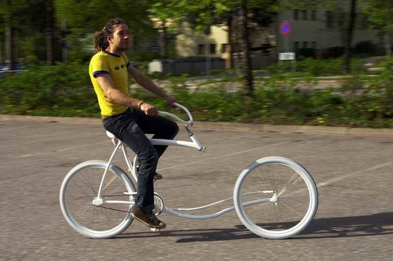 前輪とハンドルをつなぐフロントフォークを外した大胆なデザインの自転車 - GIGAZINE