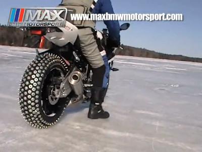 ガチガチに凍った氷上をバイク ...