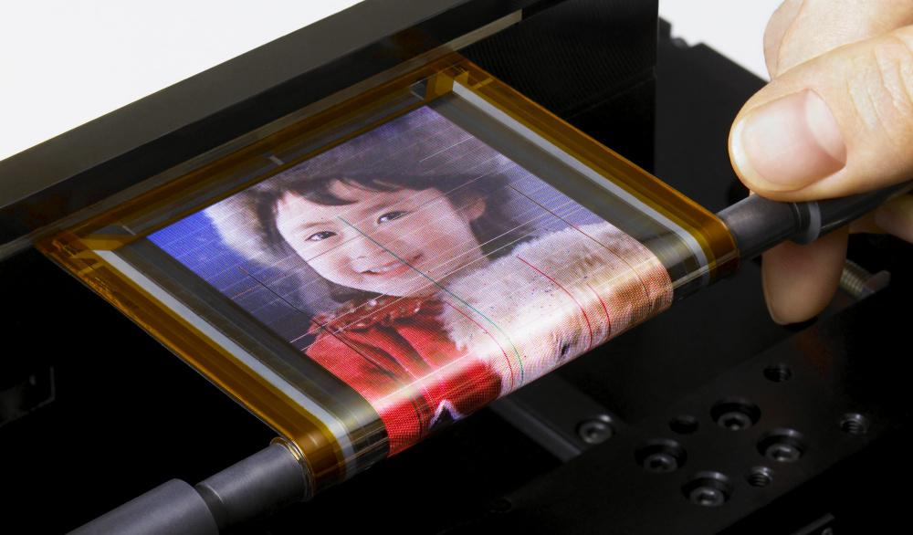 ソニー、ペンに巻けるほど柔軟性の高い超極薄な有機ELディスプレイを開発