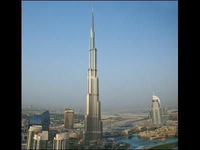 現在、世界で最も高い建物といえばドバイにある超高層ビルブルジュ・ハリファ(建設中の名前はブルジュ・ドバイ)。高さは828mで内部は160階建てになっており、108階まで