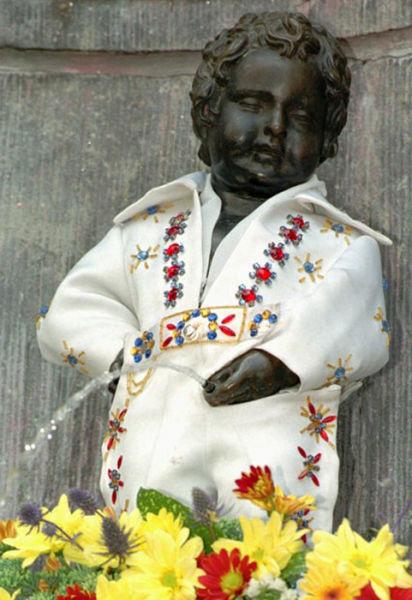 ベルギーの本家「小便小僧」による13のコスプレ