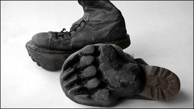 歩いたあとに動物の足跡が残っていく「異常値」という名の靴「Outliers」 , GIGAZINE