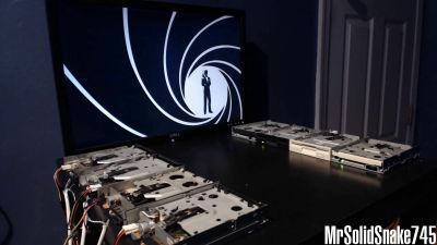 複数のフロッピーディスクドライブを使って演奏する「MrSol…