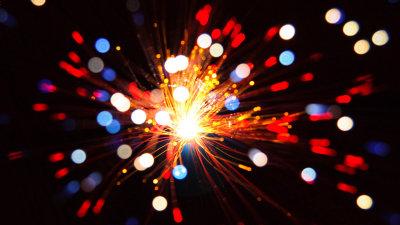 12コアの光ファイバ1本で毎秒1ペタビットもの高速大容量伝送実験に成功