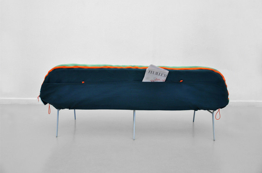 寝袋とソファの長所を1つにまとめた「camp Daybed」 Gigazine