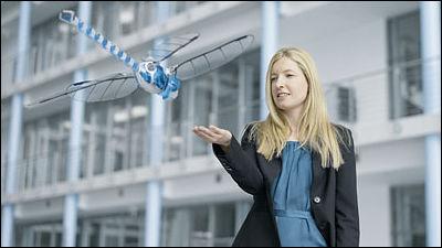 巨大なトンボ型で自由自在に飛行しスマホで操作可能なロボット「BionicOpter」