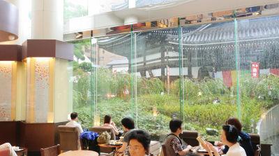 寺院を見ながらコーヒーが味わえるスタバ京都烏丸六角店へ新商品「ローストアーモンドラテ&フラペチーノ」を飲みに行ってきました