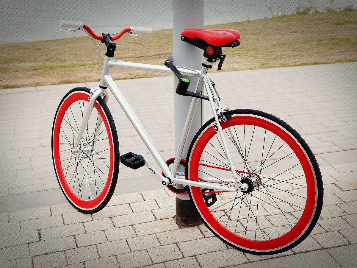 自転車の 頑丈な自転車 : この白いケースはFoldylockを収納 ...