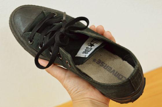 紫外線を照射して靴の臭いを ...