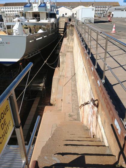自転車の 自転車 ロープ 結び方 : 船底には足場が作られています ...