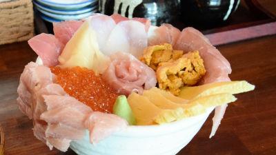 ネタのはみだしっぷりをウリにしたまぐろ亭の「贅沢丼」を食べてきました