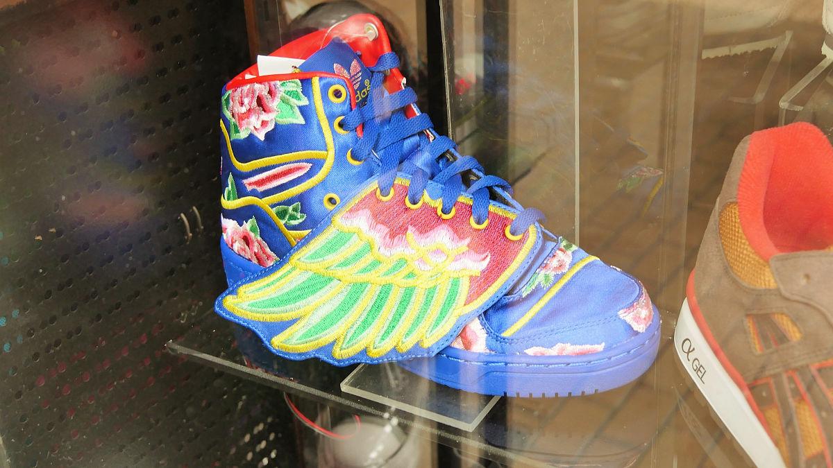 日本未発売の派手なスニーカーなども並ぶ香港のスニーカー