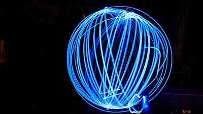 青色光を当てるとハエ・蚊などの昆虫が死ぬことを発見、ブルーライトで人間の目が傷つくのと似た仕組み