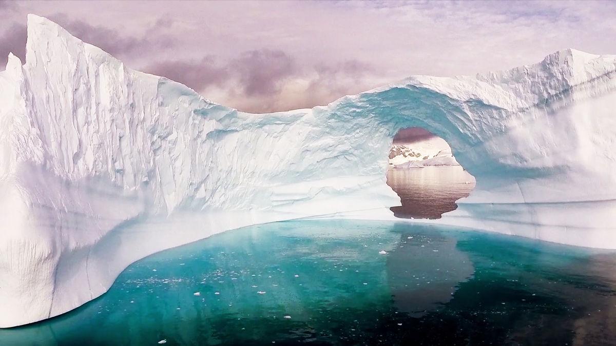 真っ白な氷で覆われた美しく広大な南極大陸をドローンで撮影したムービー「Antarctica」