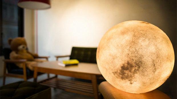 本物の「月」のような幻想的なランプを部屋に置いたりつるしたりできる「Luna」