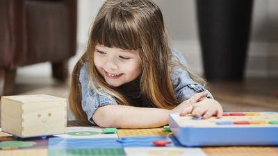 3歳児でもオモチャでプログラミングを学習できる「Cubetto」