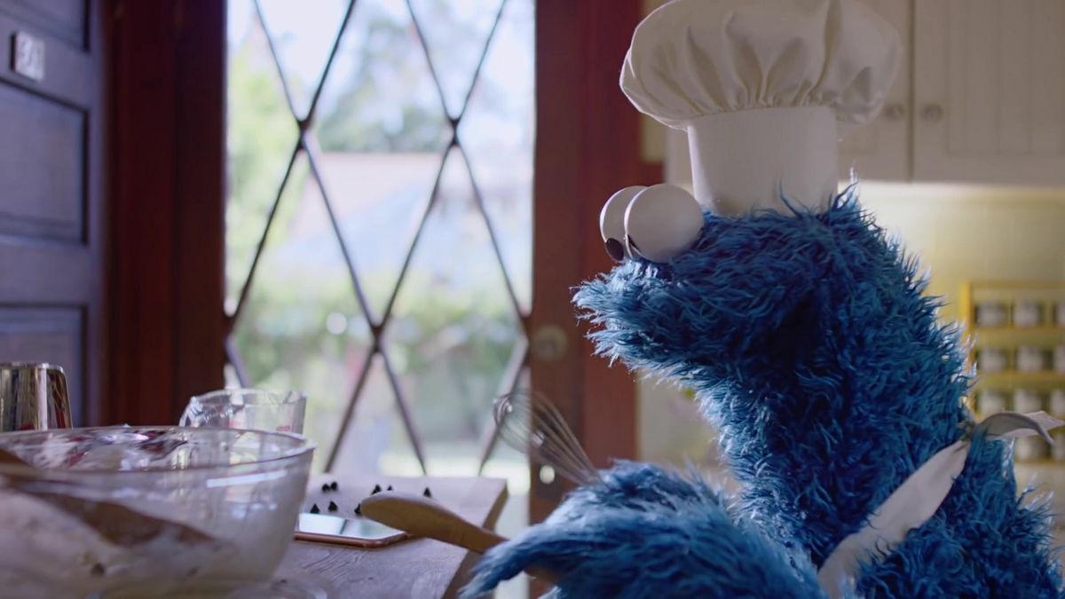 クッキーモンスターがiphoneのsiriを起動しボイスコマンドでクッキーを焼くapple公式ムービー Timer Gigazine