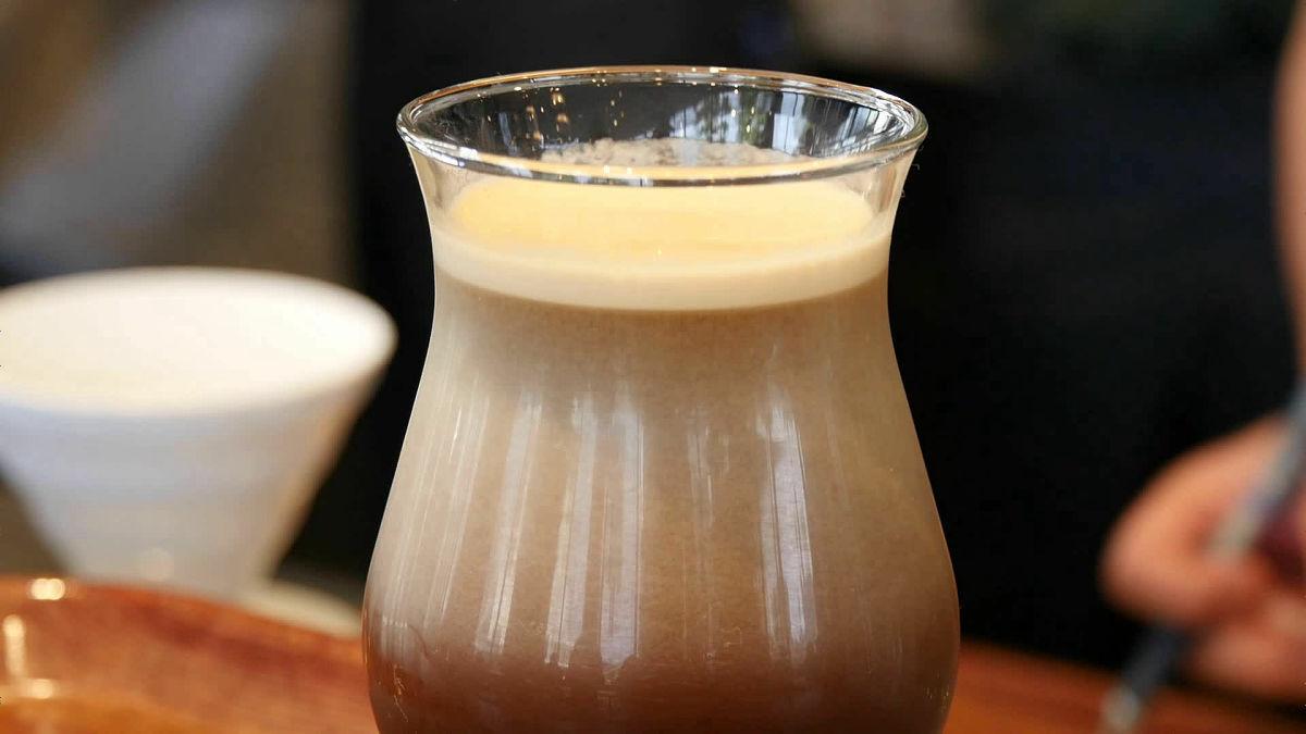 コーヒーに窒素を注入してビールのように泡立てた「ニトロコーヒー」などを、日本初上陸の「グリーンベリーズコーヒー」で飲んできた