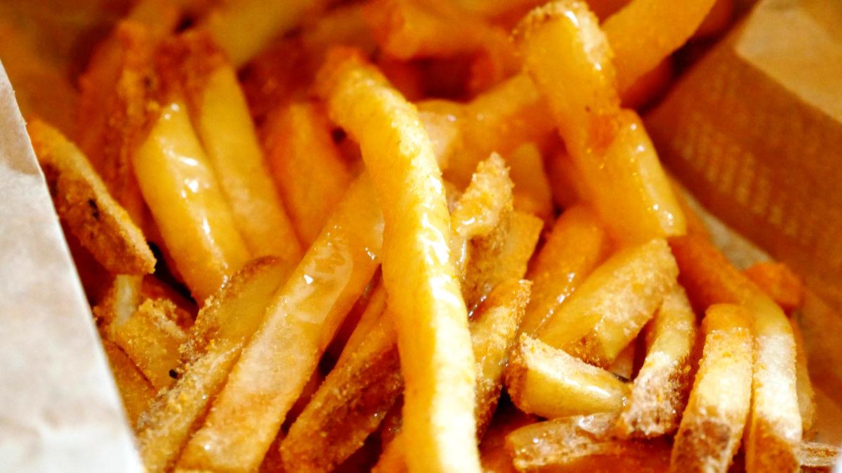 ジャンクフードの定番フライドポテトにとろーり溶かしたバターソースを絡めて食べるプレミアムポテト「芳醇バター味ポテト」と、パスタとブラウンシチューを組み合わせ