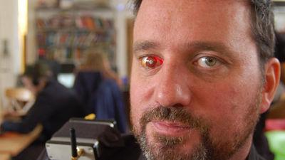 右目にカメラを埋め込んだサイボーグならぬアイボーグ