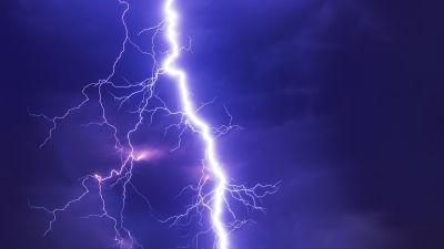 紫色の空の雷
