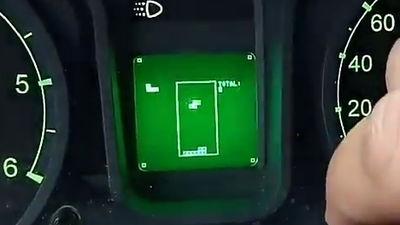 まさかの自動車の速度メーター部分でプレイ可能な「テトリス」が見つかる