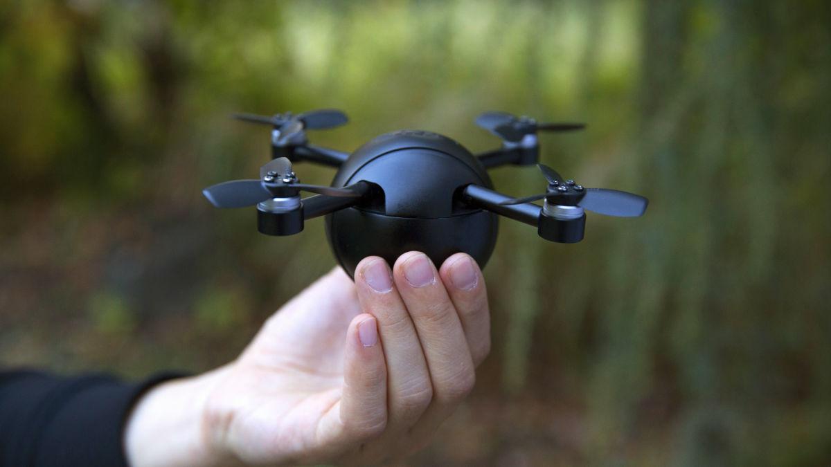 アクションカメラや防犯カメラに変形できる手のひらサイズの小型ドローン「PITTA」