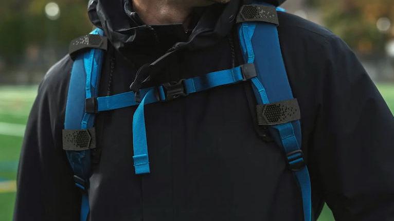 リュックを背負っても肩・首・背中に負荷をかけないようにするストラップ「Super Straps」