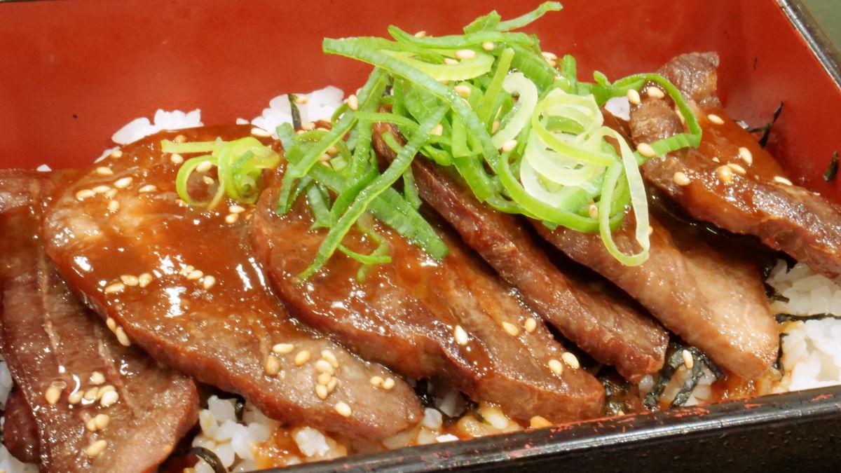分厚い牛たんに甘辛い仙台味噌のタレと「とろろ」をかけた「とろろ牛たん重」をなか卯で食べてみた