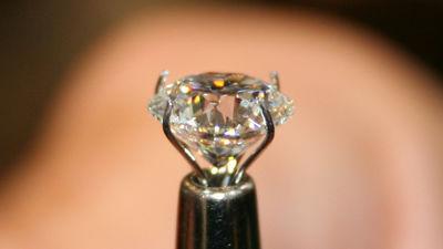 ダイヤモンドをゴムのように曲げる方法を研究者たちが発見