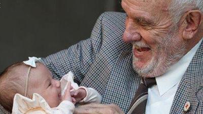 献血で240万人の赤ちゃんを救った黄金の腕を持つおじいちゃんが人生で最後の献血を終了