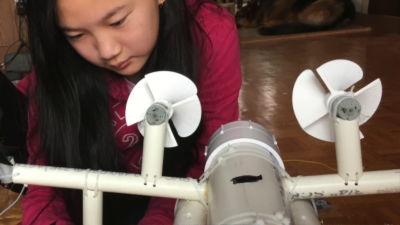 12歳の少女エンジニアが海のマイクロプラスチック汚染に対抗する装置を発明