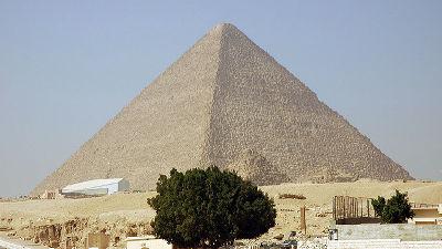 木が生えているピラミッド