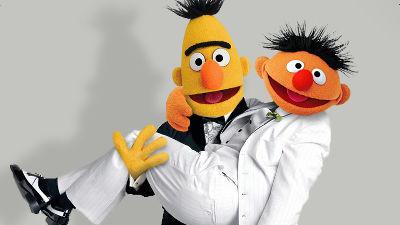 セサミストリートのバートとアーニーはゲイで「仲のいいカップル」と脚本家、ただし公式は否定