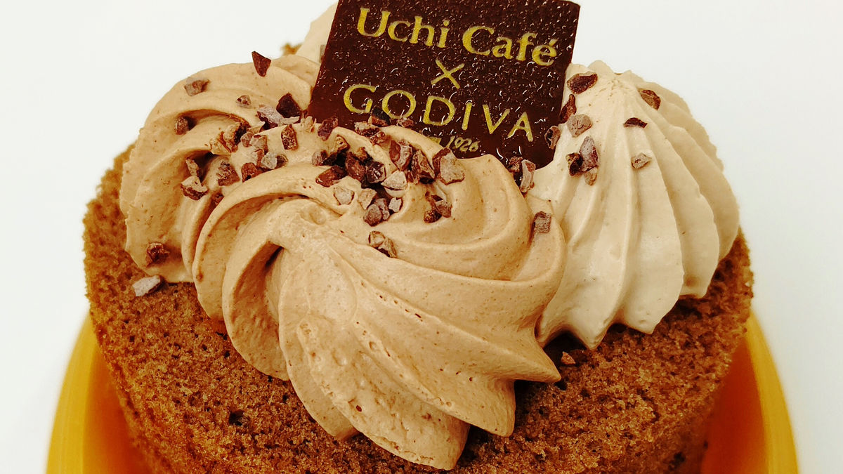"""Photo of I tried to eat """"Uchi Cafe × GODIVA Chocolat Tourbillon"""", which is a chocolate-based chocolate wrap with rich ganache & chocolate mousse supervised by Godiva"""