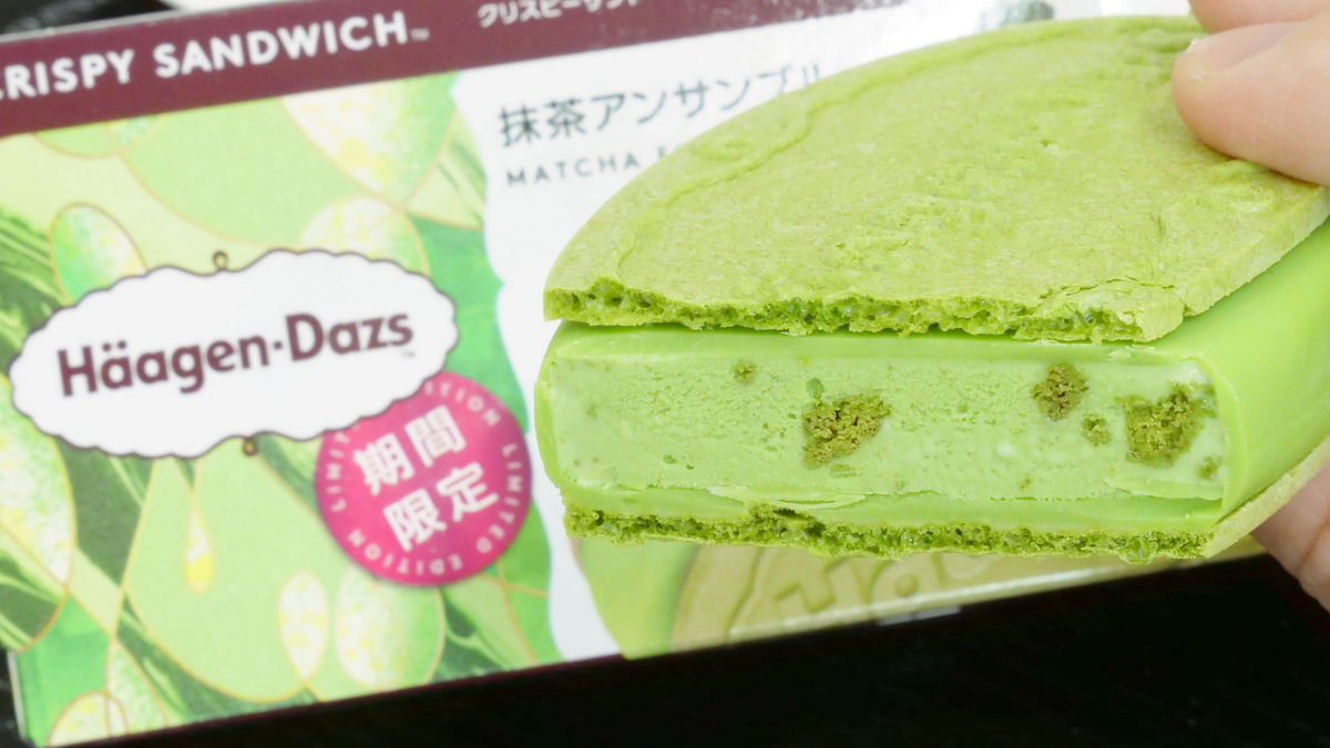 """Photo of Matcha lover's great tears Haagen-Dazs """"Matcha Ensemble"""" tasting review, wafer coating ice cream cookies all matcha"""