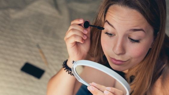 """Photo of Research results that women are more likely to be considered """"reliable"""" when wearing makeup"""